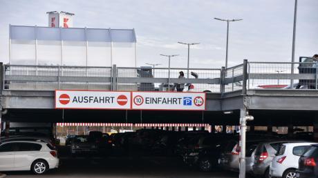 Der Parkplatz am Kaufland in Donauwörth ist ein beliebter Treffpunkt, unter anderem für Besitzer von getunten Autos.