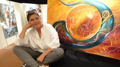 Barbara Clear im Donauwörther Zeughaus. Die Künstlerin hat sich in früheren Jahren vor allem als Musikerin einen Namen gemacht. Jetzt offenbarte sie ein weiteres Talent und stellte ihre Malerei aus. Diese Mischung begeisterte ihr Publikum.