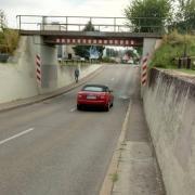 Vor über drei Jahren wurde bereits ein Beschluss gefasst, der eine Lösung für den Fuß- und Radverkehr an der Unterführung Kaiser-Karl-Straße vorsieht. Geschehen ist seitdem an dieser Stelle eigentlich nichts.