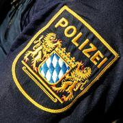 Eine betrunkene Frau hat sich am Westpark in Ingolstadt teilweise ausgezogen und sich im Grünstreifen neben die Straße schlafen gelegt.