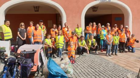 Die Plogging Gruppe des Vereins Transition Town Donauwörth hat sich zum dritten Mal an der größten Müllsammelaktion der Welt, dem World Cleanup Day, beteiligt. Die Gruppe wurde von mehreren Familien, engagierten jungen Leuten und Erwachsenen aus Donauwörth, Riedlingen, Bäumenheim, Mündling und Tapfheim unterstützt.