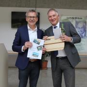 Peter J. Hoffmann verabschiedet sich nach nur drei Jahren als Leiter der Berufsschule Donauwörth. Gerhard Kilian (links) übernimmt erst mal.
