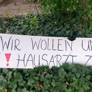 Mancher wünscht sich offenbar Dr. Gerhard Holst in der Praxis zurück. Dieses und andere Schilder wurden am Wochenende vor dem Gebäude platziert.