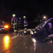 Bei der Auffahrt zur B16 in Feldheim sind zwei Autos frontal zusammengestoßen.