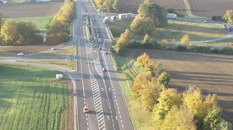 Blick aus Richtung Norden auf die B2 hin zum Berger Kreuz. Es wurden zum Beispiel neue Spuren in Richtung Donauwörth beziehungsweise Augsburg angelegt und die Abbiegespur von Augsburg her wurde verlängert (links).