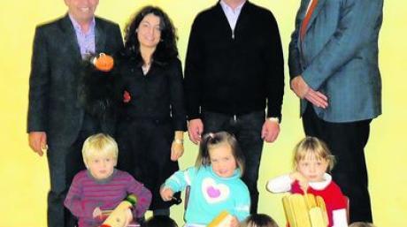 Kids der musikalischen Früherziehung des Musikvereins Asbach-Bäumenheim mit ihren neuen Instrumenten (vorne); (hinten von links) Erhard Schiele (ESG Kräuter GmbH), Karin Wiesner (Übungsleiterin), Reinhold Riedelsheimer (Vorsitzender des Musikvereins) und Peter Knoll (AGCO/Fendt GmbH). Foto: privat