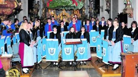 Zu seinem Weihnachtskonzert lud der Musikverein Frohsinn Buchdorf in die Pfarrkirche ein. Fotos (2): privat