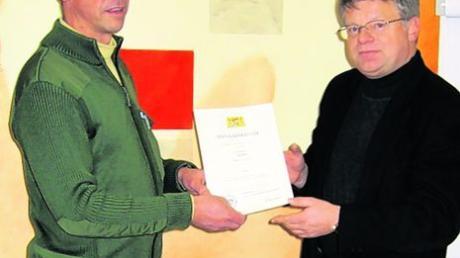 Peter Landauer (rechts) überreichte im Auftrag des bayerischen Justizministeriums eine Dankesurkunde an Roland Martin. Foto: JVA