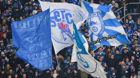 Fans der Schwenninger Wild Wings. Der DEL-Club trifft die ersten Entscheidungen für die neue Spielzeit. Foto: Uwe Anspach