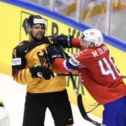 Dennis Seidenberg (l) hoffe auf ein NHL-Angebot. Foto: Martti Kainulainen