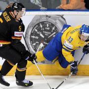 Korbinian Holzer (l.) wird den Anaheim Ducks monatelang fehlen. Foto: Filip Singer/EPA