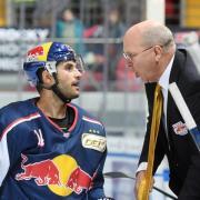 EHC-Coach Don Jackson (r) spricht mit Justin Shugg. Foto: Tobias Hase
