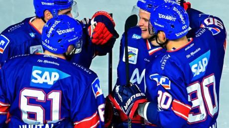 Mannheims Torschütze Joonas Lehtivuori (2.v.r.) jubelt mit seinen Mannschaftskollegen. Foto: Uwe Anspach