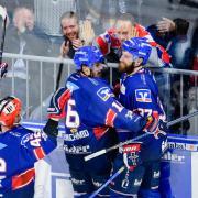Mannheims Spieler jubeln über das Tor zum 4:1 gegen die Ice Tigers. Foto:Uwe Anspach