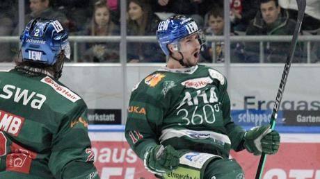 Augsburgs Adam Payerl (r) jubelt nach seinem Tor zum 1:0. Foto: Stefan Puchner