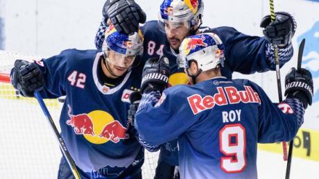 Die Spieler des EHC Red Bull München feiern einen weiteren Sieg in der DEL. Foto: Matthias Balk/dpa