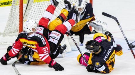 Nach der Niederlage gegen die Schweiz wollen Deutschlands Eishockey-Männer gegen die Slowakei wieder siegen. Foto: Marcel Kusch/dpa