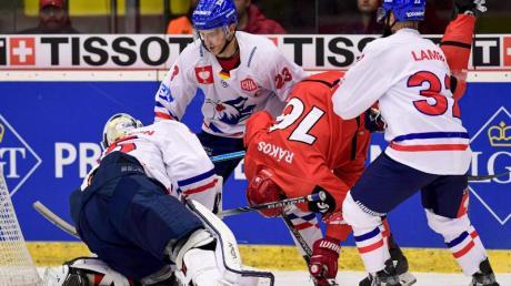 Die Adler Mannheim um Goalie Johan Gustafsson (l) unterlagen in Tschechien. Foto: David Taneèek/CTK/dpa