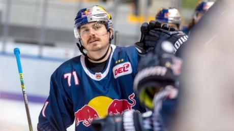 Chris Bourque von Red Bull München klatscht nach seinem 1:0 gegen die Straubing Tigers seine Teamkollegen ab.