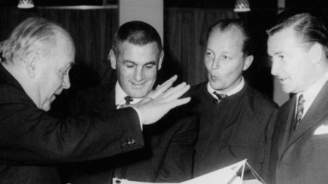Curt Frenzel (links) mit (von links) Verteidiger Paul Ambros, AEV-Funktionär Otto Heusler und dem damaligen Sportreferenten und späteren Oberbürgermeister Hans Breuer.
