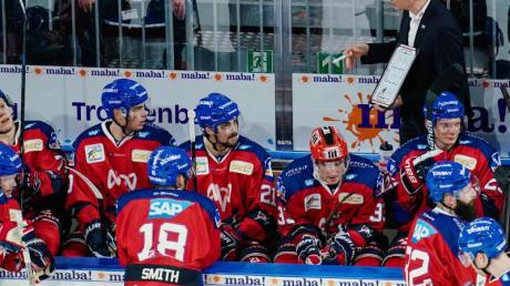 Mannheims Trainer Pavel Gross spricht mit seinen Spielern.
