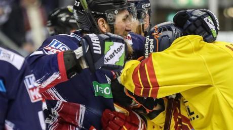 Beim Spiel der Eisbären Berlin gegen die Düsseldorfer EG geraten die Spieler aneinander.