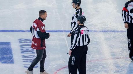 Will die Schlittschuhe anziehen: Ex-Fußball-Weltmeister Lukas Podolski (l).