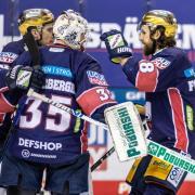 Berlins Torwart Mathias Niederberger (M) und seine Teamkollegen Ryan McKiernan (l) und Kris Foucault jubeln nach dem Sieg.