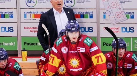 Düsseldorfs Trainer Harold Kreis auf der Bank.