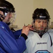 Perfekte Vorbereitung: Pascal Gubo (links) hilftseinem Kumpel Werner Danysch (rechts) beim Anziehen der Ausrüstung.