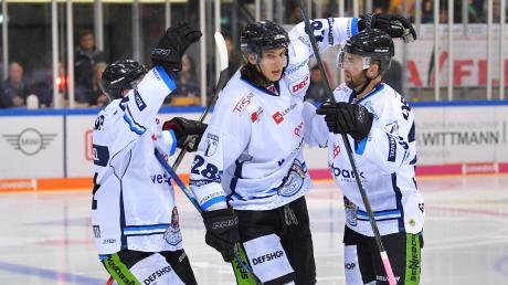 Mittlerweile in der Saturn-Arena ein vertrautes Bild: Die Akteure der gegnerischen Mannschaft – in diesem Fall die Straubing Tigers mit ihrem Siegtorschützen Fredrik Eriksson (rechts) – bejubeln einen ihrer Treffer und den damit verbundenen Erfolg.