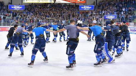 Jubel bei den Panthern: Der ERC Ingolstadt besiegte Tabellenführer Red Bull München mit 6:4, obwohl er nach dem ersten Drittel mit 0:3 zurücklag.