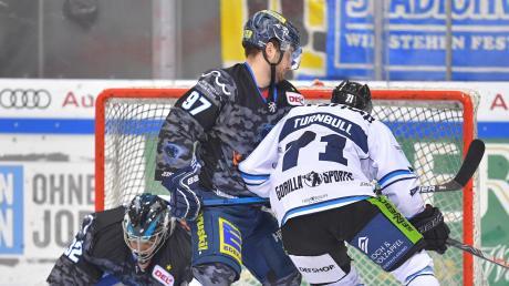Umkämpftes Derby: In dieser Szene kann sich der ehemalige Meister-Panther Travis Turnbull (rechts) gegen Ingolstadts Goalie Jochen Reimer (links) und Verteidiger Simon Schütz (Mitte).