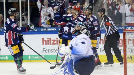 Ein Bild mit Symbolcharakter: Während die Eisbären-Spieler gerade über ihren fünften Treffer jubeln, ist Panther-Schlussmann Jochen Reimer (vorne) sichtlich bedient.