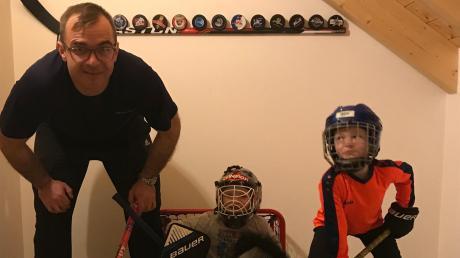 Vater, Animateur und Lehrer: Eishockey-Profi Thomas Greilinger ist derzeit mit seinen Zwillingen Jonathan und Ben wie hier beim Hockey spielen im Hobbyraum bestens beschäftigt.