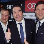 """Da ging der Daumen noch nach oben: Panther-Beiratsvorsitzender Jürgen Arnold (links) und Geschäftsführer Claus Gröbner (rechts) bei der Vorstellung des neuen Sportdirektors Larry Mitchell (Mitte) im März 2017. Drei Jahre später ist die """"Ära Gröbner"""" beim ERC Ingolstadt Geschichte."""