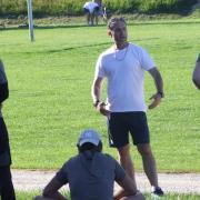 Klare Anweisungen: Ingolstadts Nachwuchs-Koordinator und Trainer Petr Bares (hinten) beim Sommertraining mit seiner U20-Mannschaft.