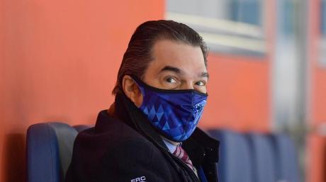 Auch für ihn hat sich während der Corona-Pandemie viel verändert: Ingolstadts Sportdirektor Larry Mitchell verfolgt das Training sowie die Spiele seines Teams in der Saturn-Arena mit einem Mund-/Nasenschutz.