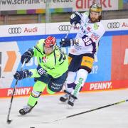Trifft erneut auf sein Ex-Team: Kris Foucault (hinten), hier im Duell mit Daniel Pietta, empfängt mit den Eisbären Berlin am Freitag den ERC Ingolstadt.