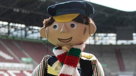 Lukas der Lokomotivführer wird auch gegen Union vom FC Augsburg an die Gäste überreicht.