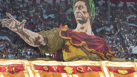 Kaiser Augustus in der WWK-Arena. Die FCA-Fans zeigten eine beeindruckende Choreografie. Die Mannschaft konnte da nicht mithalten.