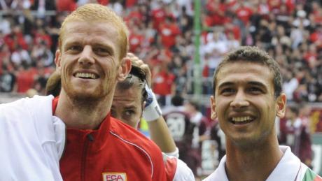 Uwe Möhrle (links) und Akaki Gogia im August 2011 nach dem Spiel gegen Kaiserslautern. Beide Spieler kamen vom VfL Wolfsburg zum FC Augsburg.