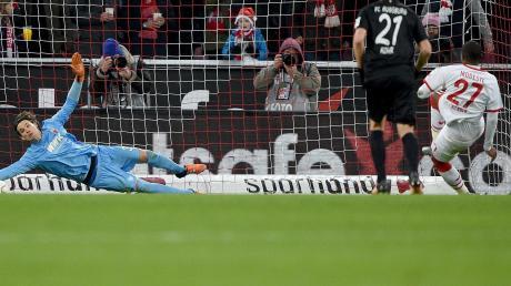 Kölns Anthony Modeste (rechts) scheitertmit seinem Elfmeteran FCA-TorhüterMarwin Hitz.