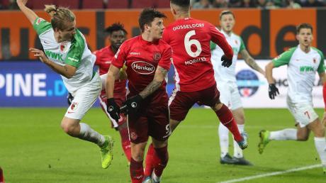 Nur Fliegen ist schöner. Tin Jedvaj (links) erzielt mit fast perfekten Haltungsnoten sein erstes Tor für den FC Augsburg.