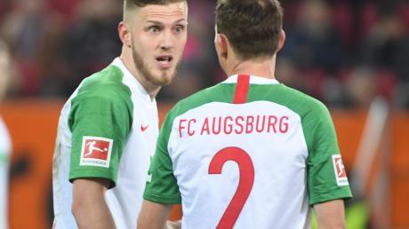 Es sieht nicht danach aus, dass Jeffrey Gouweleeuw (links) Stephan Lichtsteiner am Samstag zum Abendessen eingeladen hat. Es gab nach der 3:5-Niederlage schon auf dem Feld deutliche Worte.