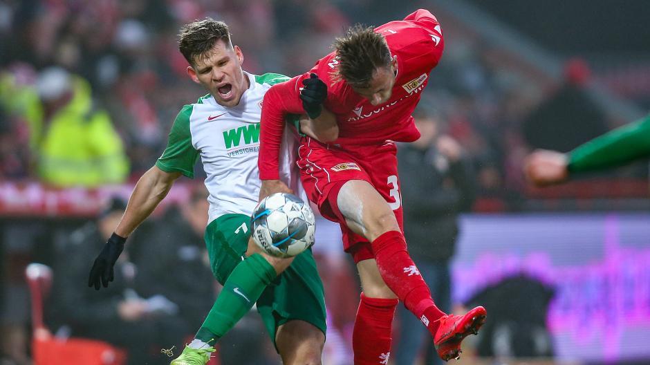 Schmerzhaft: Florian Niederlechner verliert mit dem FCA gegen Union Berlin.