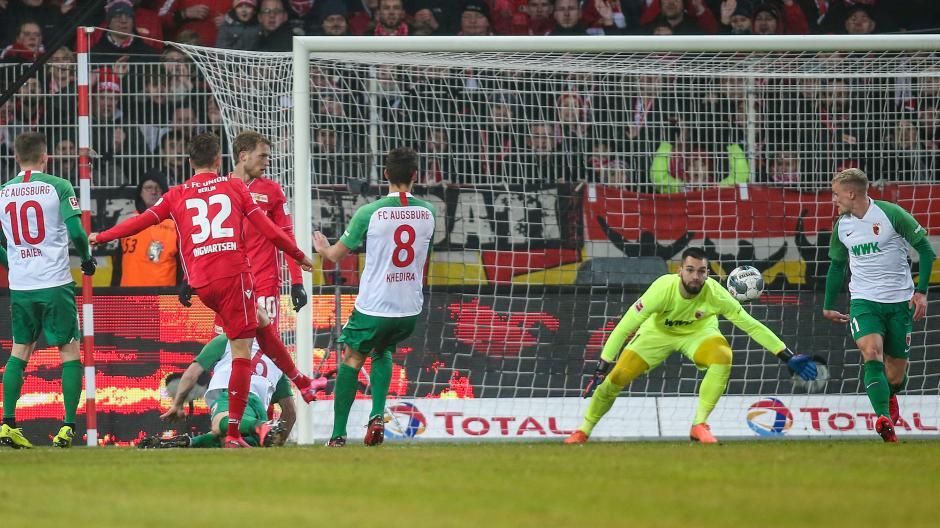 Berlins Marcus Ingvartsen trifft zum 2:0 gegen FCA-Torwart Tomas Koubek.