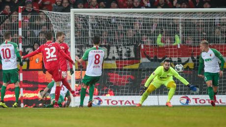 Berlins Marcus Ingvartsen trifft zum 2:0 gegen Torwart Tomas Koubek.