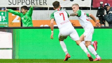 Philipp Max bringt den FCA überraschend mit seinem 1:0-Treffer in Führung und jubelt gemeinsam mit Florian Niederlechner.