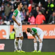 Die FCA-Spieler Rani Khedira (links) und Tin Jedvaj zeigen sich nach dem Unentschieden gegen Freiburg sichtlich enttäuscht.